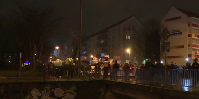 "foto: YouTube (RT) ""Leipzig unrest: Hundreds rally at LEGIDA anniversary, football fans get wild"""