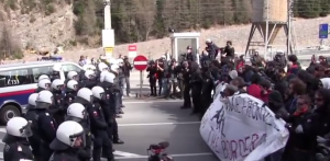 "foto: YouTube (Ruptly TV), ""Austria: Police clash with pro-refugee demonstrators at Italian border"""