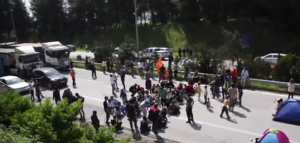 """foto: YouTube (Ruptly TV), """"Greece: Refugees scuffle with drivers over highway blockade near Idomeni"""""""