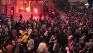 """foto: YouTube (RT), """"Macedonia riot: Protesters storm President's office following wiretapping pardons scandal"""""""