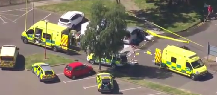 """foto: YouTube (NEWS ONLINE), """"Helicopter view Spalding shooting 3 shot dead near swimming pool /7/2016"""""""